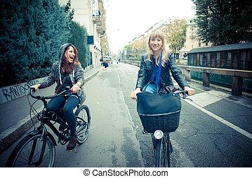 dois amigos, mulher, ligado, bicicleta