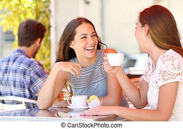 dois amigos, ou, irmãs, falando, levando, um, conversação, uma barra