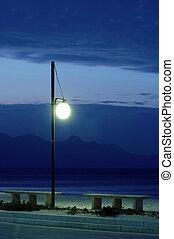dois, bancos, e, lanterna, em, crepúsculo