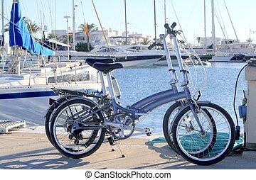 dois, bicycles, marinho, dobrando, bicicleta, ligado, marina