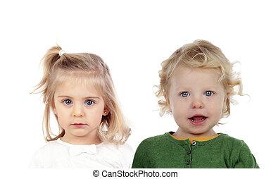dois, caucasiano, crianças, olhando câmera