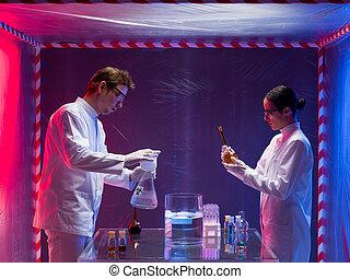 dois, cientistas, um, homem, e, um, mulher, trabalhando, com, químicos, em, um, containment, barraca