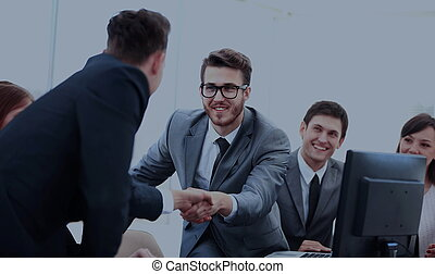 dois, confiante, homens negócios, handshaking, e, sorrindo, enquanto, sentar tabela, junto, com, seu, colegas