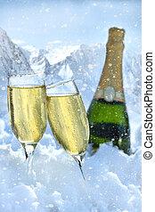 dois, copos champanha, com, garrafa, em, neve