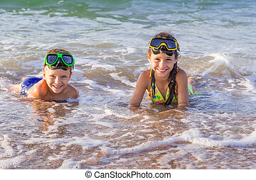 dois, crianças, em, mergulhar mascara, ligado, a, mar