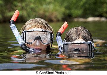 dois, crianças, tocando, água