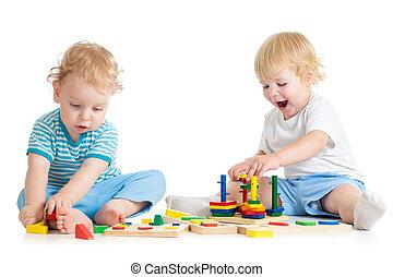 dois, crianças, tocando, brinquedos madeira, junto, sentando