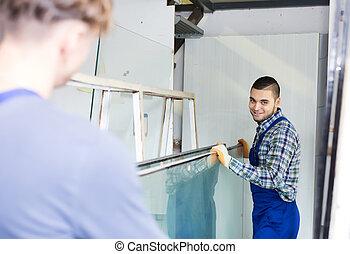 dois, cuidadoso, trabalhadores, trabalhando, com, vidro