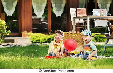 dois, cute, crianças, tocando, jardim