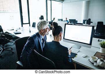 dois, desk., computador, sentando, cópia, space., escritório, businesspeople