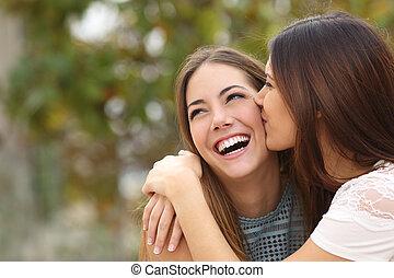dois, engraçado, mulheres, amigos rindo, e, beijando