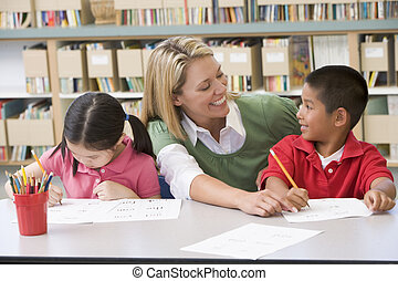 dois, estudantes, classe, escrita, com, professor, ajudando
