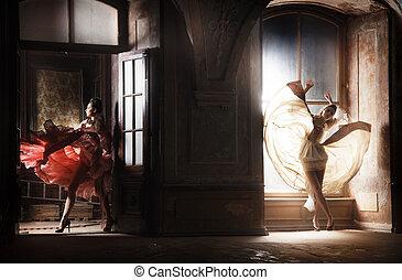 dois, excitado, mulher, em, deslumbrante, vestidos