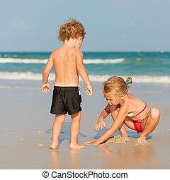 dois, feliz, crianças, tocando, ligado, praia