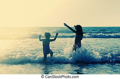 dois, feliz, crianças, tocando, praia