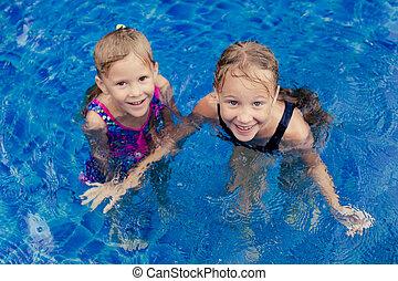 dois, feliz, garotinhas, jogo ao redor, em, a, piscina