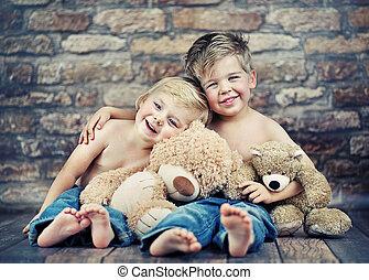 dois, feliz, irmãos, tocando, brinquedos