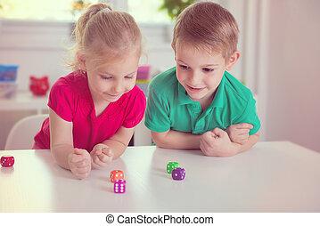 dois, feliz, jogar crianças, com, dices