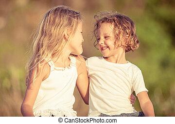 dois, feliz, jogar crianças, praia
