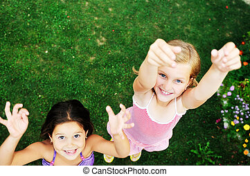 dois, feliz, meninas, divirta, ao ar livre