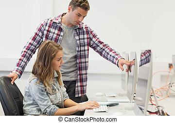 dois, focalizado, estudantes, trabalhar computador