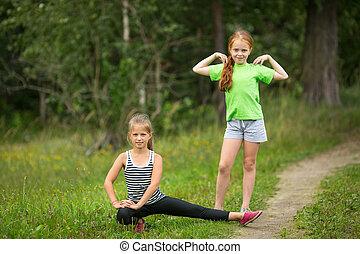 dois, garotinhas, fazendo, exercícios