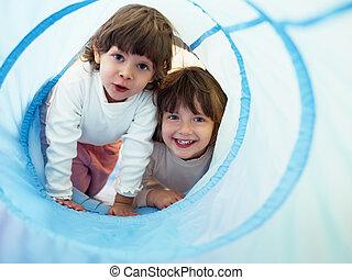 dois, garotinhas, tocando, em, jardim infância