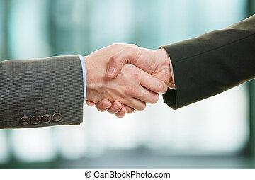 dois, homem negócios, apertar mão