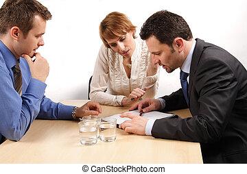 dois, homens negócio, e, uma mulher, sobre, a, contrato
