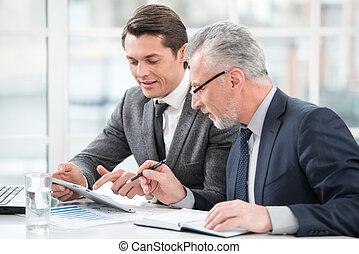 dois, homens negócios, trabalhando, com, documentos