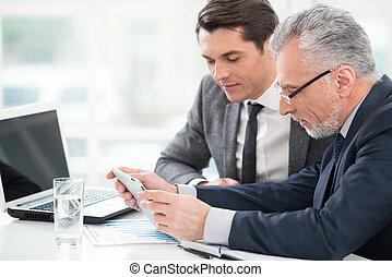 dois, homens negócios, trabalhando, com, tabuleta, computador