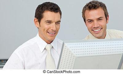 dois, homens negócios, trabalhe, em, um, computador