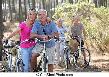 dois, idoso, pares, ligado, passeio bicicleta