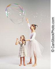 dois, irmãs, com, a, grande, bolha sabão