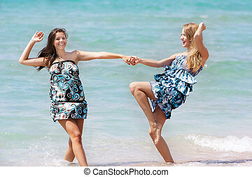 dois, jovem, divertimento, menina, praia, tendo