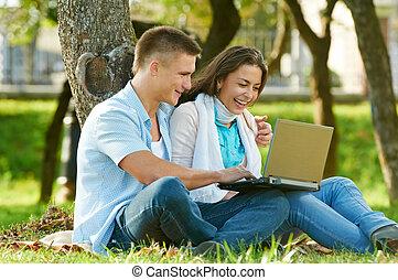 dois, jovem, estudantes, ao ar livre
