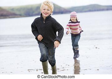 dois, jovem, executando, sorrindo, praia, crianças