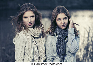 dois, jovem, moda, meninas, andar, por, a, lago