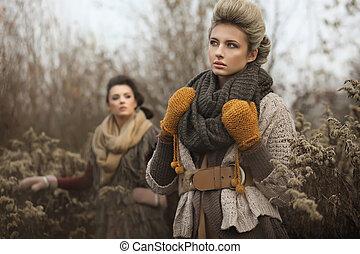 dois, jovem, senhoras, em, outono, paisagem