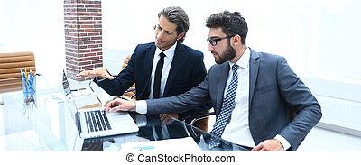dois, laptop., trabalhando, pessoas negócio