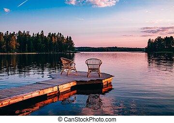 dois, madeira, cadeiras, ligado, um, madeira, cais, negligenciar, um, lago, em, pôr do sol