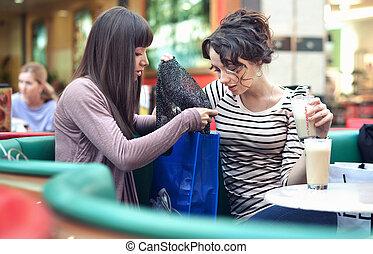 dois, meninas bonitas, com, shoppingbags