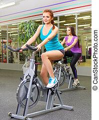 dois, meninas jovens, fazendo, ginástico, exercícios