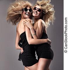 dois, meninas jovens, tendo divertimento