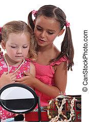 dois, meninas jovens, tocando, com, jóia