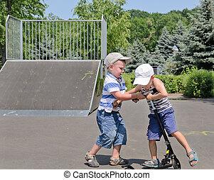 dois, meninos jovens, luta, sobre, um, scooter