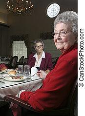 dois, mulher sênior, em, um, cafeteria