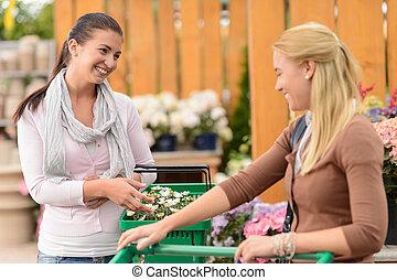 dois, mulher sorridente, shopping, plantas, centro jardim
