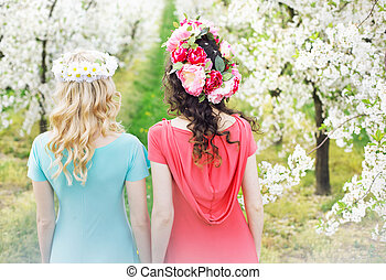 dois, mulheres bonitas, caminhando, a, flor, ruela