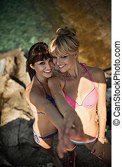 dois, mulheres bonitas, em, biquínis, relaxante, ligado, praia